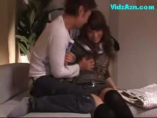 Χαριτωμένο κορίτσι getting αυτήν βυζιά rubbed μουνί licked fingered επί ο καναπές