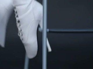 Modell i latexen catsuit och ballet stövlar.