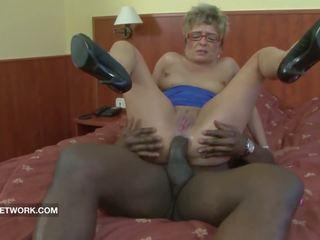 Bunicuta prins masturband-se anal inpulit de mare negru pula