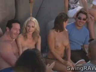 E prapë qejfli couples kam e egër festë në the pishinë