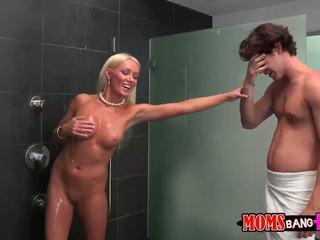 Guy finds його gfs мачуха в the душ