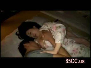 Σύζυγος πατήσαμε με husbands φίλος επί ο κρεβάτι 05