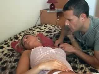 هي gets مارس الجنس في حين نائم