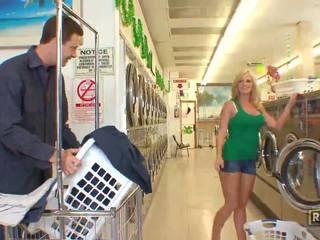 Superb sexy bionda pupa con naturale grande tette doing pompino in il washing negozio