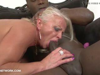 成熟 钻 由 黑色 guys 在 性交 肤色.