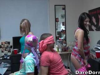 Koledžas merginos užrištos akys the guys ir gave jiems lap dance