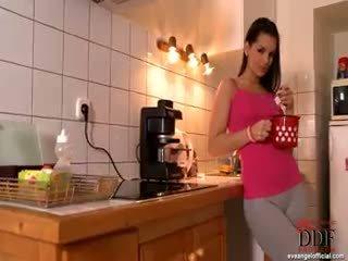 μελαχροινή πιο hot, όλα πραγματικότητα online, Καλύτερα μωρό