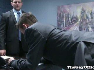 Gaysex 보스 spanks 과 fucks tw-nk assistant