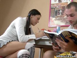 Млад брюнетка turns studying в горещ секс