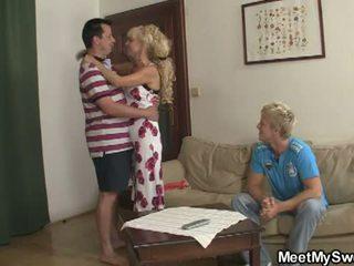 พบ ของฉัน หวาน: บุตรชาย watches ในขณะที่ ของเขา gf licked และ ระยำ โดย parents
