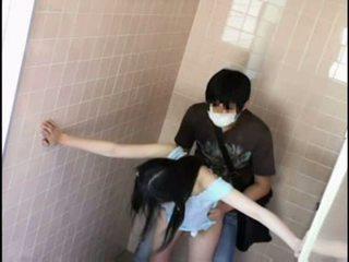 Έφηβος/η molested με pervert επί schooltoilet