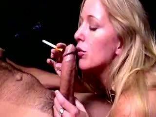 Blond hoe dia zerva smokes și gives fellatio