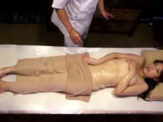 מכללה נערה reluctant אורגזמה על ידי masseur