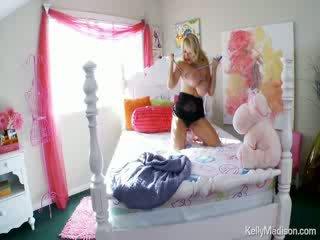 Kelly madison having 재미 와 그녀의 거대한 자연의 titties 에 그녀의 침대