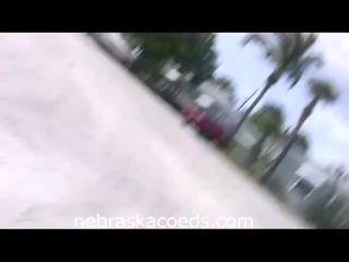 Chaud en chaleur étudiante filles obtenir nu sur plage