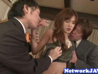 Bello giapponese beauty succhiare cazzo in threeway: gratis porno bd
