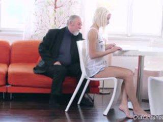 výstřik, old + young, blondýnka