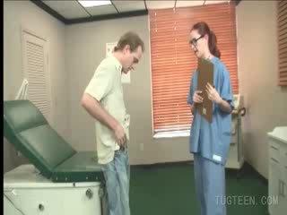 Tempting dokter rubs dia patient's titit
