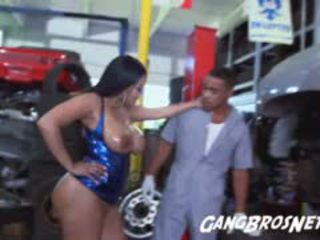 Kia mia baisée par une mechanic avec une grand bite