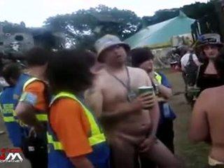 Female 安全 guards 同 裸 女孩 & guys 在