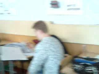 Vysoká škola dievča giving robenie rukou v a trieda počas the trieda video
