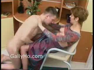 Mami i detyruar në qij të saj bir
