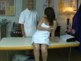 Jeune femme reluctant orgasme pendant santé massage