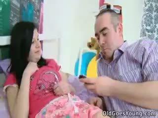 Alena y su hombre are juntos en cama y él has an más viejo