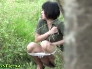 Asiatisch sluts piss outdoors