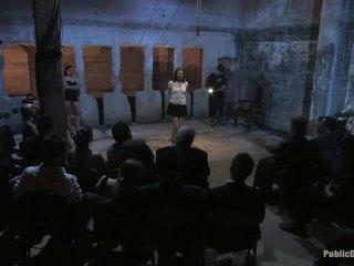 Um quarto completo de pessoas e sarah