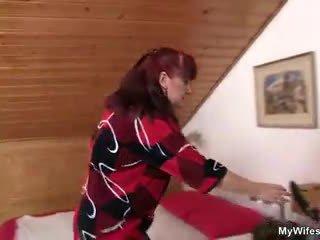 Lewd mother-in-law toying neki borotvált pina majd takes övé fasz