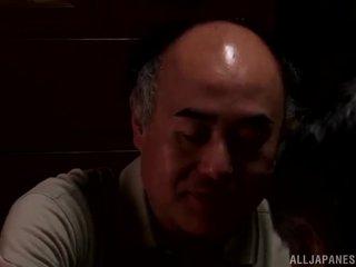 Yui hatano gives un monada lamida a algunos elderly bloke