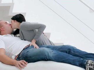 관능적 인 키스 장면 와 화려한 브루 넷의 사람 비탄