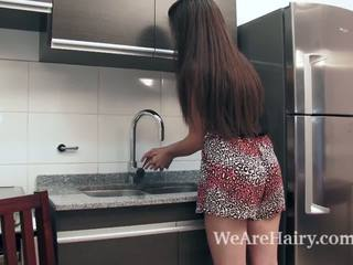 Virgin masturbates uz the virtuve pēc a peach