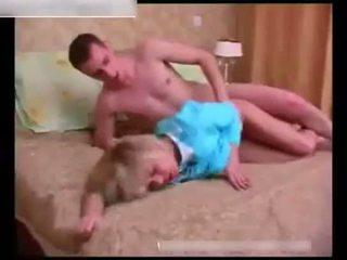 Sexy moshë e pjekur wakes lart një duke fjetur i ri guy në the dhomë gjumi
