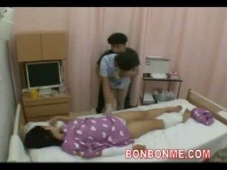 Perawat memainkan kontol dengan tangan di depan dari istri 01