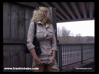 غريب شقراء فتاة has ل حقيقي صنم إلى التبول في جمهور