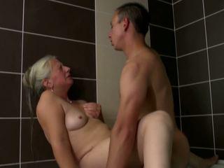 Vieux mère takes jeune bite en salle de bain, hd porno 2e