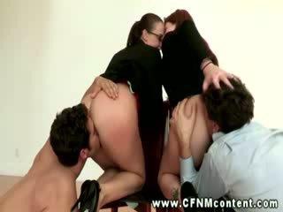 Rapariga vestida gajo nu madura gets para chupar dicks