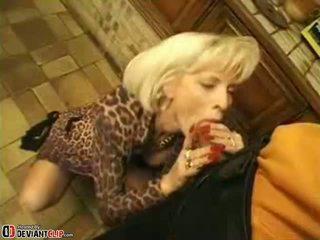 Seksi mama seduces dan fucks ini laki-laki