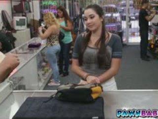 Vysoká škola dievča trades seba pre hotovosť