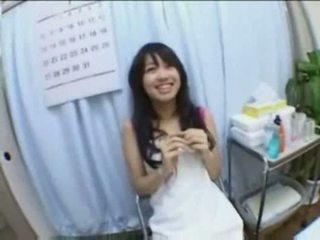 亞洲人 孩兒 體內射精 性交 和 fingered 上 按摩 表