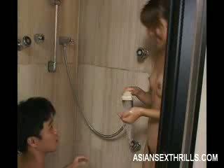 Asiática modelo strips em o duche