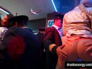 Arrapato pornostar succhiare two dicks in club, hd porno 9f