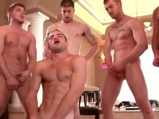 Gut built studs enjoying ein gay orgie