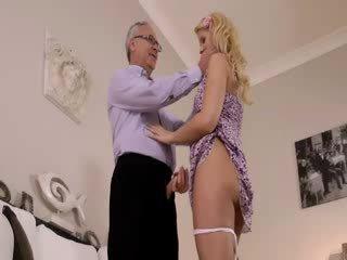 Super príťažlivé blondie naozaj gets satie pre starý jim na a gauč