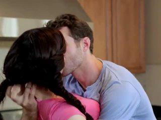 Jenna ross inpulit în the bucatarie