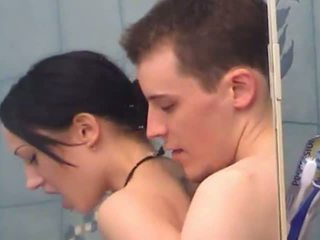 Sexy ado fille gets fingered sous douche