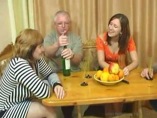 Usual familje dinner turns në an seks festë