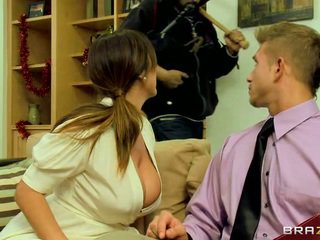 Kianna Dior Gets Out Her Massive.